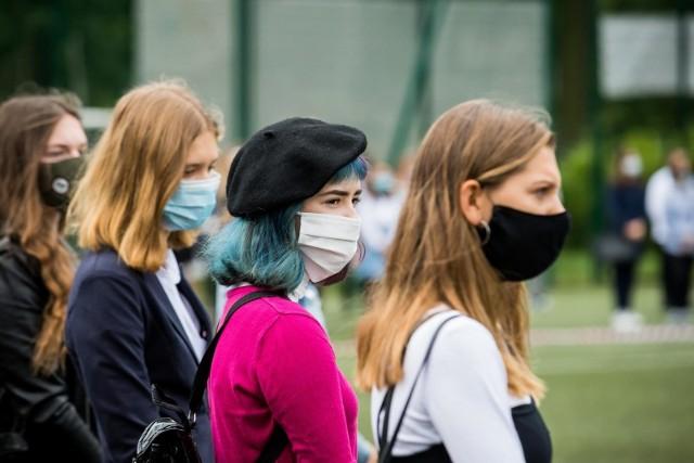 """W czwartek, 22 kwietnia poinformowano o 351 nowych zakażeniach koronawirusem w Lubuskiem. To najwięcej spośród ostatnich sześciu dni, ale wciąż mniej niż tydzień temu (15 kwietnia było 505 przypadków), więc wskaźnik zakażeń w regionie wciąż spada. Aktualnie wynosi on już """"tylko' 29,3 os. na 100 tys. mieszkańców.Spadki notujemy też w 11 lubuskich powiatach. Pięć z nich jest już w umownej żółtej strefie. W czwartek z czerwonej strefy trafiły do niej: Gorzów i powiat słubicki. Nieznacznie pogarsza się jednak sytuacja na południu regionu. Zakażeń przybywa bowiem w Zielonej Górze oraz powiatach: żarskim i żagańskim.Jak wygląda sytuacja w poszczególnych powiatach? Sprawdźcie sami w naszej galerii!Czytaj również:Dzień wolny od pracy za szczepienie przeciw COVID-19?"""