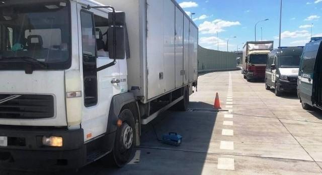 Pod Szydłowcem inspektorzy transportu drogowego zatrzymali w poniedziałek 1 czerwca dwie niesprawne ciężarówki.