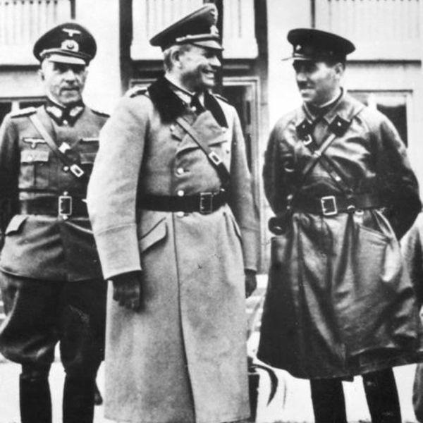 Generał Heinz Guderian i kombryg Siemion Kriwoszein odbierają wspólną defiladę Wehrmachtu i Armii Czerwonej w Brześciu