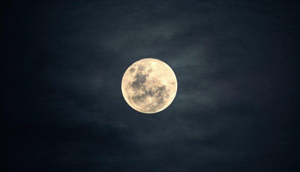 Znalezione obrazy dla zapytania zdjęcie księżyca