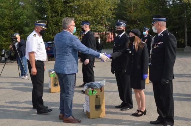 Węże i pompy strażackie zakupione przez powiat poznański wręczono strażakom - ochotnikom. Rozstrzygnięto też konkursy na Strażaka Roku i Dzielnicowego Roku