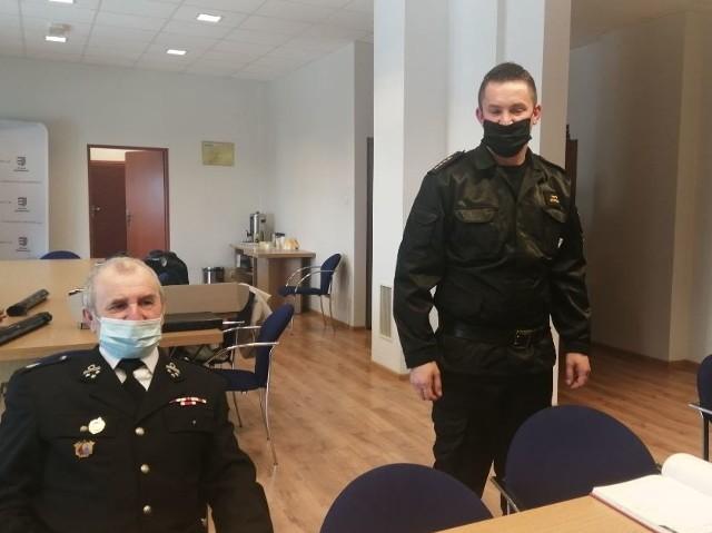 Z prawej - O udziale w akcji mówił między innymi starszy kapitan Piotr Krytusa, komendant PSP w Sandomierzu.