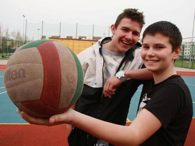 - My trenujemy tutaj siatkówkę – mówią Maciej Kostrzewa i Michał Banasiak.