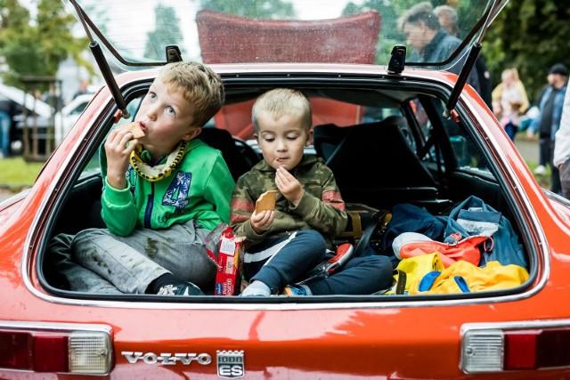 """W środę na parkingu pod Torbydem w Bydgoszczy odbył się kolejny zlot miłośników motoryzacji - """"Vol.5 - Bydgoskie Klasyki Nocą"""". Tym razem na sąsiednim parkingu zorganizowano również spot """"Cabrio Kujawy i Pomorze  - Cabrio Pogaduchy vol.4"""". Był też pokaz samochodów rajdowych z naszego regionu. Zapraszamy do obejrzenia zdjęć."""
