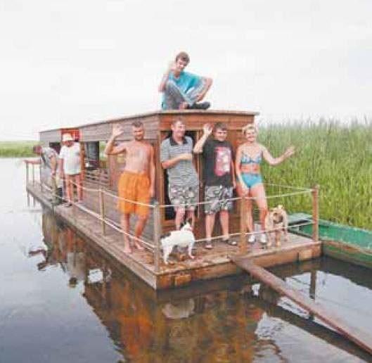 Rodzina Jabłońskich z Nowego Dworu Mazowieckiego poleca spływy tratwami wszystkim, którzy uwielbiają wypoczynek nad wodą, a w tym przypadku – na wodzie.