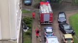 Strażacy pomogli wejść policji do mieszkania w centrum Białegostoku. Kobietę zabrało pogotowie (zdjęcia)