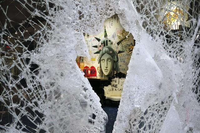Zniszczona przez demonstrantów witryna sklepu Dolce Gabbana w dzielnicy SOHO w Nowym Jorku
