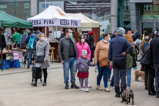 Podczas niedzielnego (11.04. 2021 r.) Frymarku bydgoskiego przy Gdańskiej 8 mieszkańcy mieli okazję zaopatrzyć się u gospodarzy i regionalnych producentów w produkty idealne na wiosenną dietę