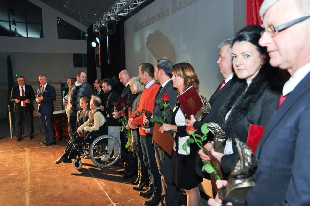 9 osób lub instytucji zostało uhonorowanych w tym roku Kluczborskim Basztami. Wśród nich byli m.in. karatecy i zawodnicy aikido. Burmistrz już po raz dziesiąty wręczył nagrody za wybitne osiągnięcia.Kluczborske Baszty to nagrody, przyznawane od 10 lat mieszkańcom jako wyraz uznania za wybitne osiągnięcia w różnych dziedzinach. Zobacz, komu burmistrz Jarosław Kielar w tym roku przyznał 9 statuetek.