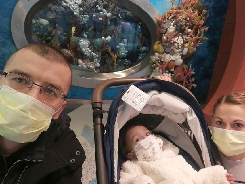 Monika i Dariusz Radwański z Patrykiem w klinice w Chicago, w której chłopczyk chory na SMA przejdzie terapię genową.