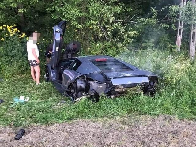 Lamborghini wjechało do rowu. Kierowca trafił do szpitala, pasażer nie odniósł żadnych obrażeń.