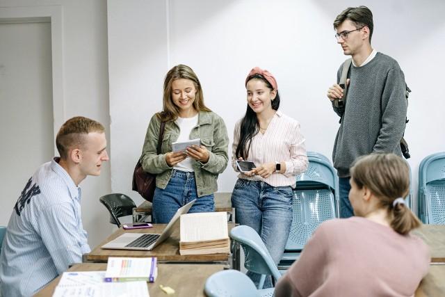 W planach poznańskich uczelni wyższych, jak pisaliśmy na początku sierpnia, było wprowadzenie nauki hybrydowej od nowego roku akademickiego 2021/2022: wykłady w formie zdalnej, natomiast reszta zajęć (ćwiczenia, seminaria) - bezpośredniej. Nowe wytyczne ministerialne mogą zmienić dotychczasowe zamierzenia. Jak informują nas placówki w Poznaniu - chociażby Uniwersytet Przyrodniczy czy Uniwersytet im. Adama Mickiewicza - sytuacja jest teraz analizowana przez władze. Decyzje mogą pojawić się do końca miesiąca.