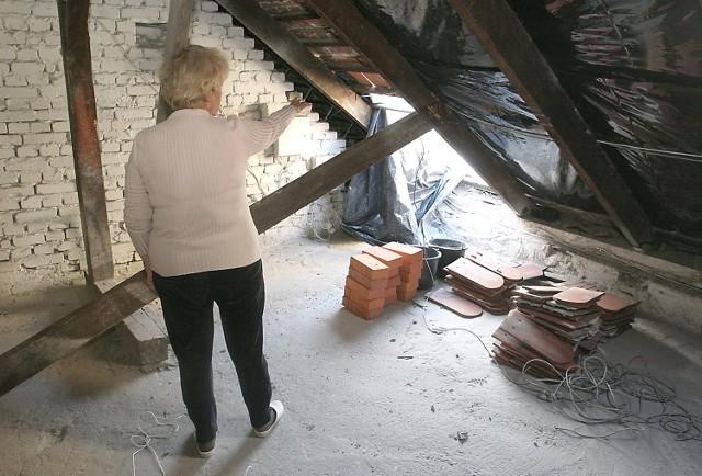 Prace przy adaptacji strychu wymagały rozbiórki części dachu. Mieszkańcy budynku obawiają się, że nie zostanie on właściwie zabezpieczony i będzie przeciekał.