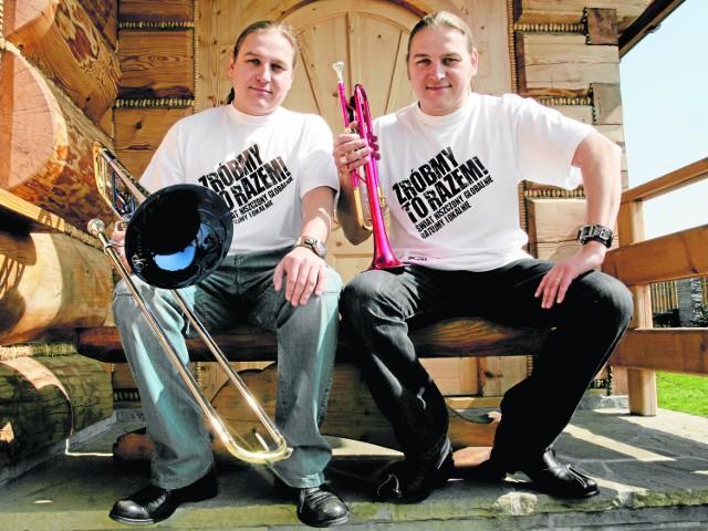 Bracia Golcowie, znani muzycy z Milówki, to jedne z bardziej rozpoznawalnych postaci związanych z Żywiecczyzną. - Mieszkają tutaj różni ludzie. Jedni narzekają, inni nie - uważa Łukasz Golec