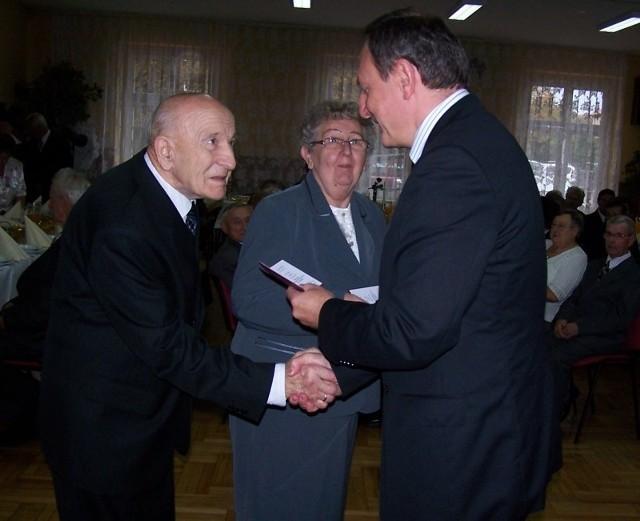 Burmistrz Sylwester Lewicki wręczył jubilatom  medale nadane przez prezydenta Polski.