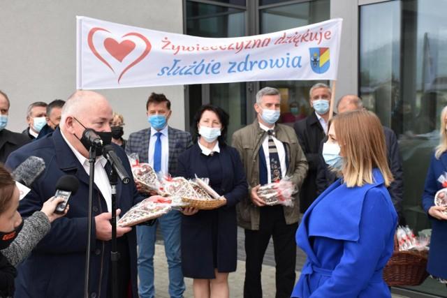 Przedstawiciele lokalnych samorządów wraz z radnymi i starostą żywieckim Andrzejem Kalatą złożyli na ręce żywieckiej służby zdrowia podziękowania za dotychczasową walkę z COVID-19