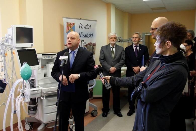 Starosta Robert Bednarz podczas prezentacji sprzętu medycznego, jaki otrzymał niżański szpital