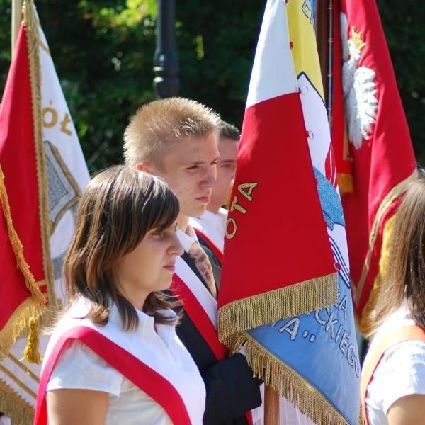 Poczty sztandarowe z opolskich szkół były mocno widoczne podczas uroczystości.