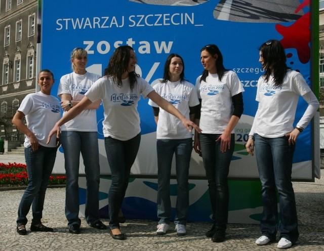 Siatkarki Piasta przed urzedemSiatkarki Piasta Szczecin zachecaly do oddawania jednego procentu podatku na rzecz rozwoju Szczecina.