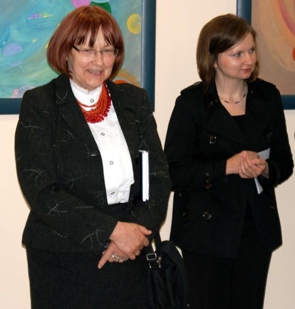 Anna Szymanek z plastyczką MDK Iwoną Parszywką podczas otwarcia wystawy.