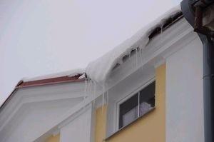 Odśnieżenie dachu jest obowiązkiem administratora budynku. Pilnuje tego Inspektorat Nadzoru Budowlanego.
