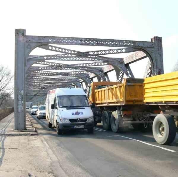 Jarosławski most postawiono w latach pięćdziesiątych. Dziś rdzewieje na potęgę.
