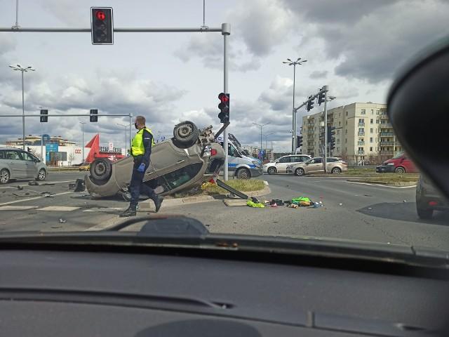 W środę, 14 kwietnia około godz. 14 na Piątkowie doszło do zderzenia dwóch aut, w wyniku czego jedno dachowało. Na miejscu są służby. Jedna osoba jest poszkodowana,Zobacz więcej zdjęć ---->Zobacz także: Kierowcy tych aut powodują najwięcej wypadków --->10 polskich dróg śmierci ---->