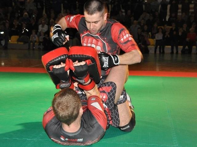 Marcin Kij (na górze), szef Brawler Fight Club Końskie w pokazowej walce MMA w parterze z Marcinem Rosą.