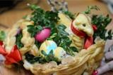 Święconka na Wielkanoc, czyli co włożyć do koszyczka. Co symbolizuje pokarm, który święcimy w Wielką Sobotę?