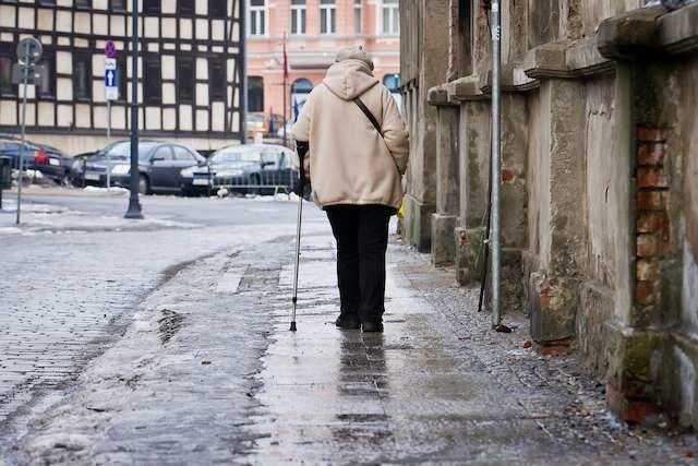 Chociaż około południa na większości chodników w Śródmieściu Bydgoszczy nie było już widać lodu, to jednak dla starszych osób, zwłaszcza poruszających się o kulach, spacery nie należały wczoraj do przyjemności