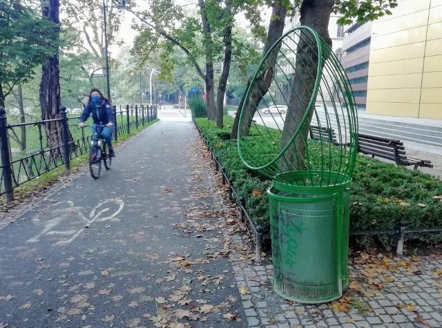 """""""Rowerowy"""" kosz na śmieci na promenadzie Staromiejskiej to oddolna inicjatywa. Okazało się jednak, że zdała egzamin i takich koszy będzie we Wrocławiu więcej"""
