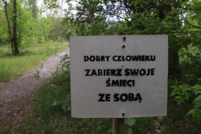 Mieszkanka osiedla Zarzew sama posprzątała zielony teren. Rada osiedla zgłosiła miastu, że teren jest zaśmiecony, ale  urzędnicy wstrzymali społeczną akcję sprzątania z powodu epidemii. Więc kobieta zabrała się do roboty.CZYTAJ DALEJ NA NASTĘPNYM SLAJDZIE