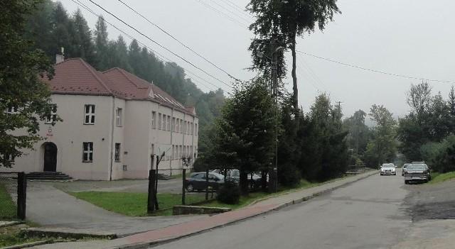 Szkoła w Sąspowie nie była likwidowana. Gmina przekazała ją Fundacji Elementarz, rodzice liczą, że teraz będzie łatwiej ją odzyskać