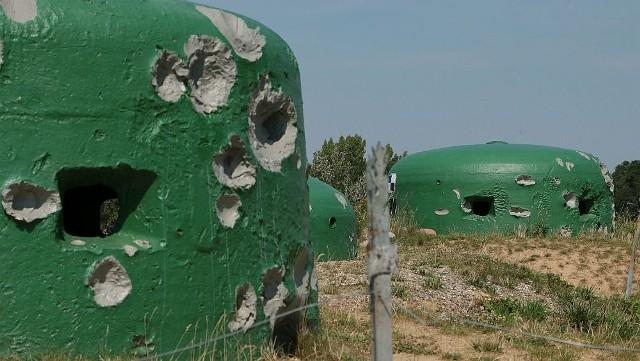 Pancerne kopuły bunkrów MRU niczym magnes przyciągają turystów.