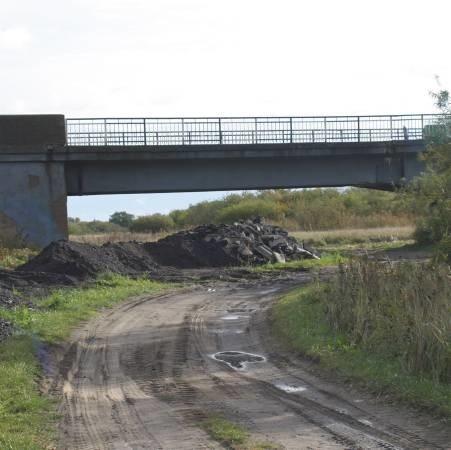 W okolicy mostu, na terenach zalewowych parku krajobrazowego Ujście Warty, do tej pory leży hałda starego asfaltu i betonu