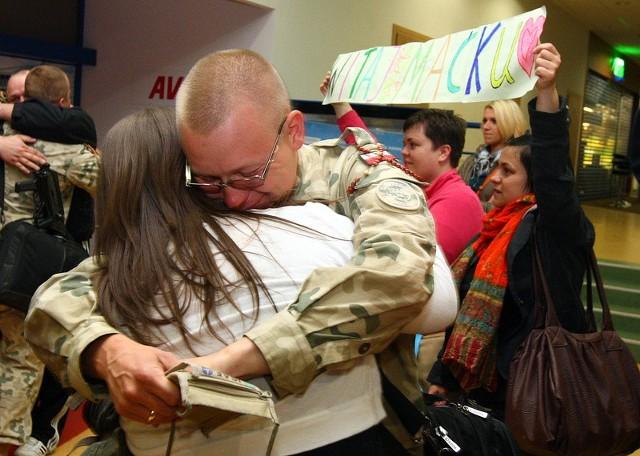 Na pokładzie samolotu znaleźli się żołnierze z 12. Brygady Zmechanizowanej. Bardzo licznie przybyły rodziny. Były transparenty, ciasteczka i łzy wzruszenia.