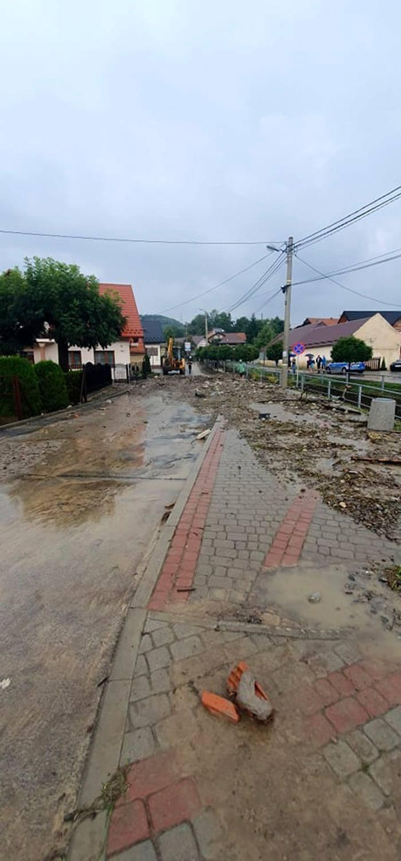 Gmina Łącko. Po gwałtownej ulewie ulicami wielu wsi płyną rwące rzeki. Ogrom zniszczeń po gwałtownej powodzi [ZDJĘCIA]