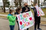 Białystok. Rodzina wspiera zakażonego koronawirusem dziadka. Przyjechali pod szpital z transparentami. Zobacz nietypową akcję [ZDJĘCIA]
