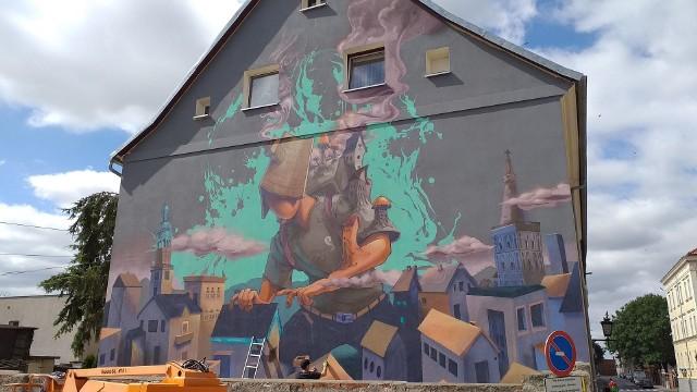 Podczas każdej edycji Perspektywy - 9 Hills Festival powstaje duży mural. W tym roku obraz na kamienicy przy ul. 22 Stycznia 12 wykonuje węgierski artysta uliczny Fat Heat