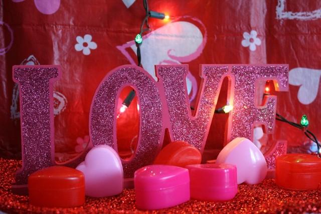 Wierszyki SMS na Walentynki. Życzenia walentynkowe dla dziewczyny. Wiersze miłosne dla niej