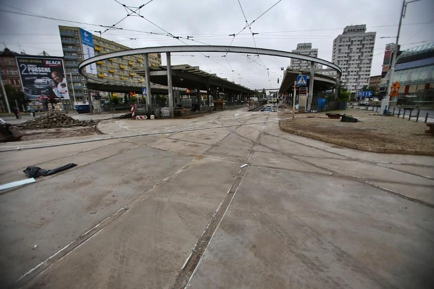Nowa betonowa nawierzchnia zastąpi starą nierówną kostkę...