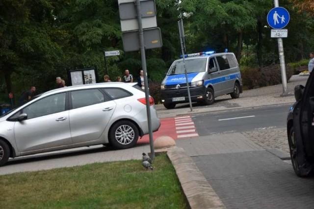 Przed godziną 16 do jednego z banków w Ostrowie Wielkopolskim wtargnął młody mężczyzna, który zażądał wydania pieniędzy. Po tym, jak nie otrzymał gotówki uciekł placówki. Złapano go po nieco ponad godzinie.