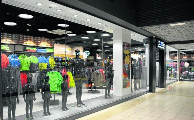 Dziś otwarcie pierwszego w regionie centrum outletowego Outlet Białystok to blisko 60 sklepów z markową odzieżą czy obuwiem w  zmodernizowanym obiekcie. Towar jest zawsze w obniżonej cenie. Przy centrum znajduje się też parking na 600 samochodów.