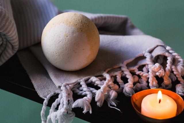 Jak własnoręcznie zrobić kule do kąpieli? Nic prostszego! W naszej galerii krok po kroku pokazujemy co trzeba zrobić, by cieszyć się pachnącą kąpielą! Sprawdź >>>