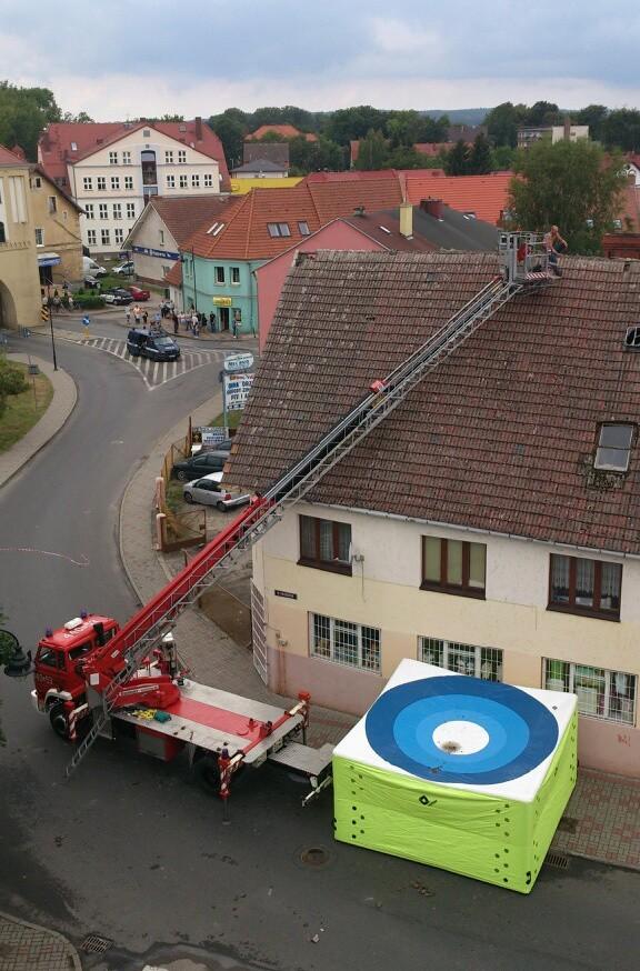 Gryfice. Mężczyzna siedział na dachu domu i rzucał dachówkami w przechodniów i policjantów.
