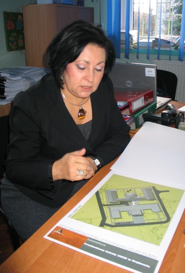 Beata Zając, dyrektor ośrodka pokazuje gotowy już projekt rozbudowy przyszłego gmachu szkoły.