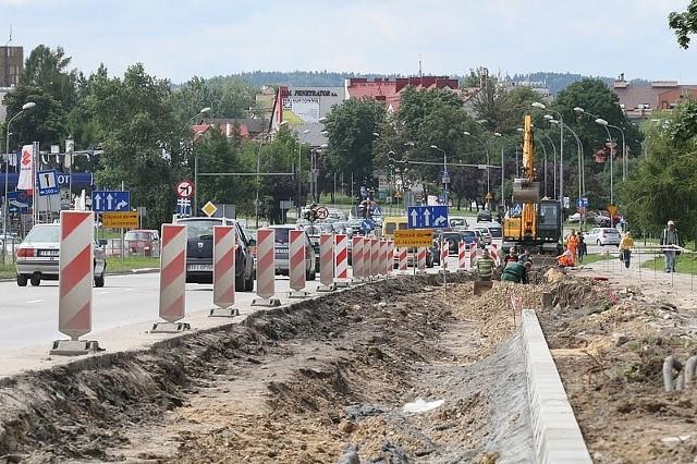 Rozpoczęły się prace przy budowie trzeciego pasa ruchu alei Solidarności. Potrwają do połowy sierpnia. Fot. Łukasz Zarzycki
