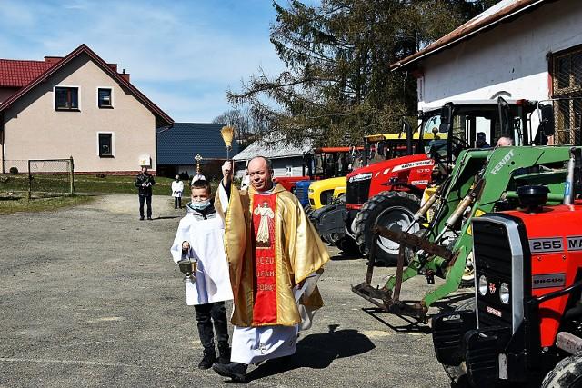 To chyba jedyne takie miejsce w Polsce, gdzie przed rozpoczęciem wiosennych prac polowych, rolnicy tłumnie stawiają się ze swoimi ciągnikami... w kościele