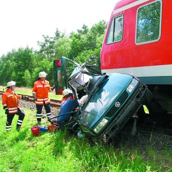 Pędzący pociąg uderzył w lewy bok passata. Samochód był wleczony po torach przez ćwierć kilometra, zanim skład zdołał wyhamować