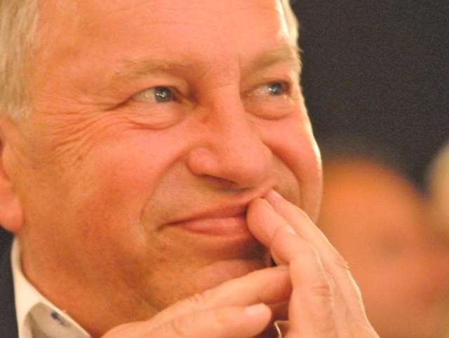 """Jerzy Stuhr urodził się w 64 lata temu w Krakowie, dokąd przybyli z Austrii jego pradziadkowie (ich podobizny ma na filiżankach w serwisie). Ma na koncie wiele ról teatralnych i filmowych (Maks w """"Seksmisji"""", Lutek w """"Wodzireju"""", Filip w """"Amatorze"""", Kilkujadek w """"Kingsajz"""", komisarz Ryba w """"Kiler-ach"""", głos Osła w serii o Shreku), za które otrzymywał nagrody w Polsce i za granicą (z powodzeniem grywa we Włoszech). Wyreżyserował kilka filmów, m.in. nagradzane w Wenecji i Łagowie """"Historie miłosne"""". Teraz promuje włoski film """"Habemus Papam"""" (polska premiera 7 października). Napisał książkę """"Stuhrowie. Historie rodzinne""""."""